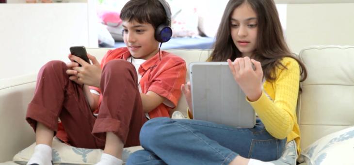 Tablety, notebooky, mobily: nedělejme z žáků debily