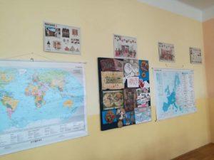 Nesmyslně zaplácaná stěna, podle sborovny ovšem pěkná třída :-(